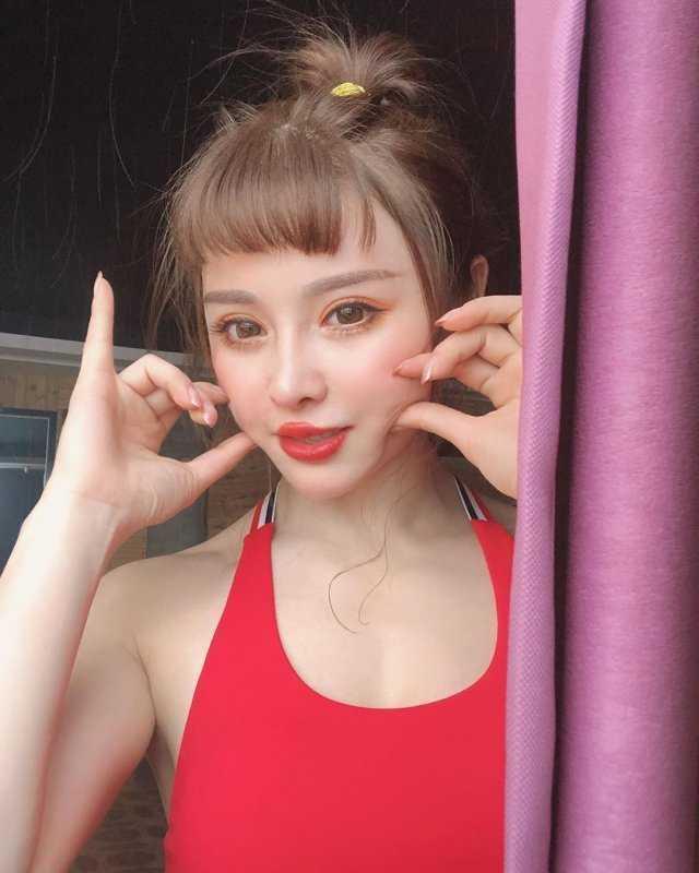 Китаянка с кукольным личиком и стальным торсом набирает популярность в соц-сетях