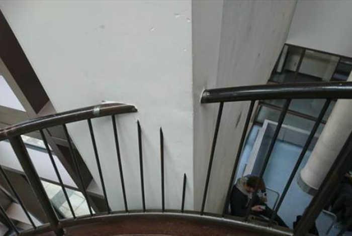 Перила, встроенные в стену. | Фото: Dump A Day.