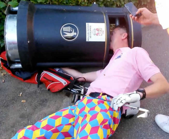 Застрял в мусорном баке. | Фото: seo007.info.