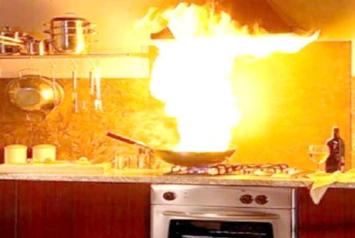 В рецепте было сказано: «обжарить на среднем огне»! | Фото: HubPages.