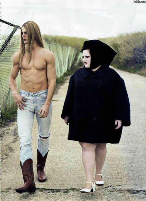 Парень модельной внешности и его подружка размера плюс в костюме мухомора в трауре.