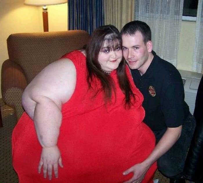 Очень «большая» девушка и ее любящий муж.