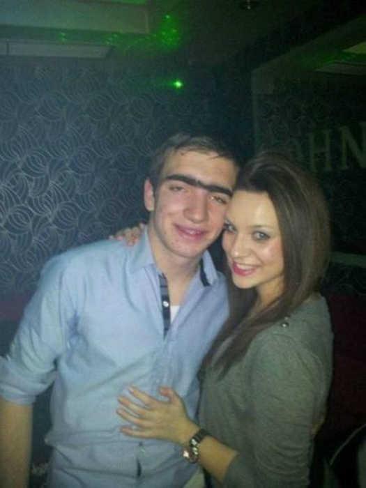 Симпатичная девушка и ее парень с изюминкой.